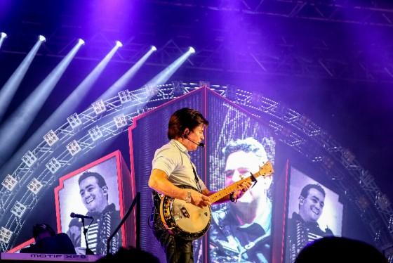 Xororó esbanja talento tocando banjo em show em Chapada dos Guimarães no Malai Manso Resort